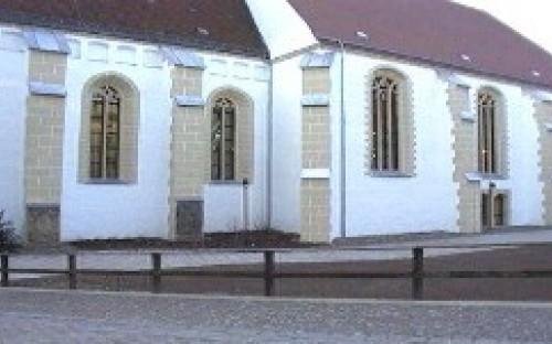 Die Alltagskirche, in der sich heute die Aula der Schule befindet
